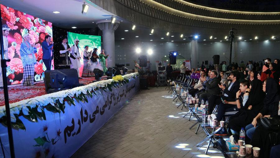 افتتاح غرفههای معرفی خدمات بهزیستی و نمایشگاه عکس بهزیستی در سیل در ایوان انتظار مترو ولیعصر
