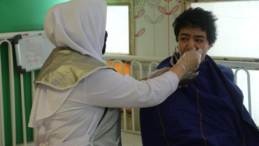 ببینید| تلاش و مراقبت عاشقانه مادریاران و پرستاران مرکز نگهداری افراد دارای معلولیت جسمی و ذهنی در روزهای کرونایی