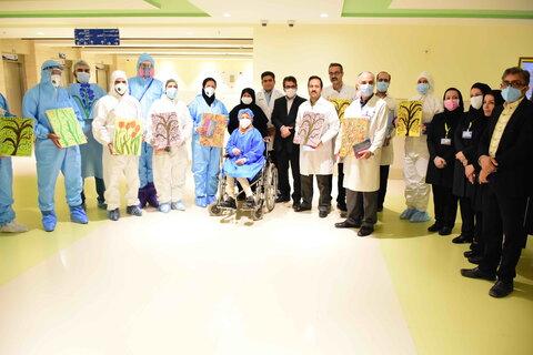 اهدای آثار نقاشی معلول جسمی حرکتی خانم بنائیان به مدافعان سلامت