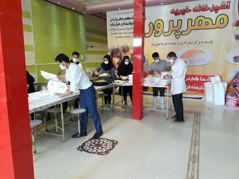 توزیع  غذای گرم بین مددجویان بهزیستی شهرستان اردبیل