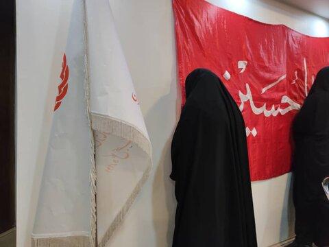 گزارش تصویری/تبرک جویی از پرچم حرم منور امام علی (ع) و امام حسین (ع)
