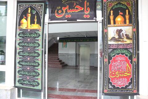 تصاویر| نصب کتیبه های عزاداری سرور و سالار شهیدان در ساختمان بهزیستی کشور