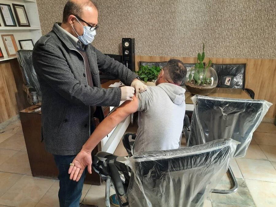 شهرقدس|تزریق واکسن آنفولانزا به مددجویان مقیم مراکز اقامتی ترک اعتیاد