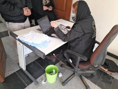 توزیع بن کارت و ماسک به مددجویان بهارستان