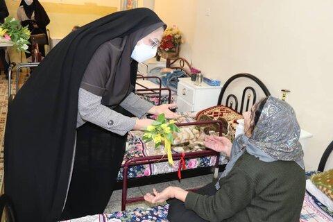 گزارش تصویری| دیدار با سالمندان مرکز مادر و اهداء گل به سالمندان
