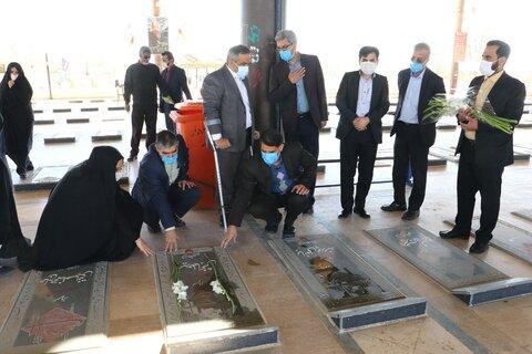 گزارش تصویری | تکریم و تجلیل از یادگاران ۸ سال دفاع مقدس و تجدید میثاق با شهدا کارکنان بهزیستی استان یزد