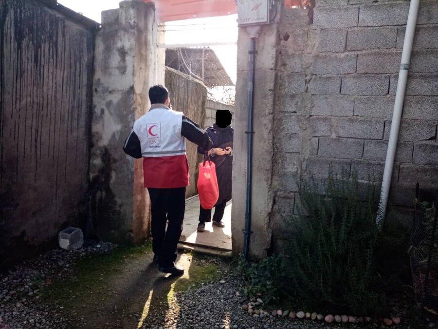 سیمرغ │ توزیع 95 بسته معیشتی توسط جمعیت هلال احمر در بین جامعه هدف بهزیستی شهرستان سیمرغ