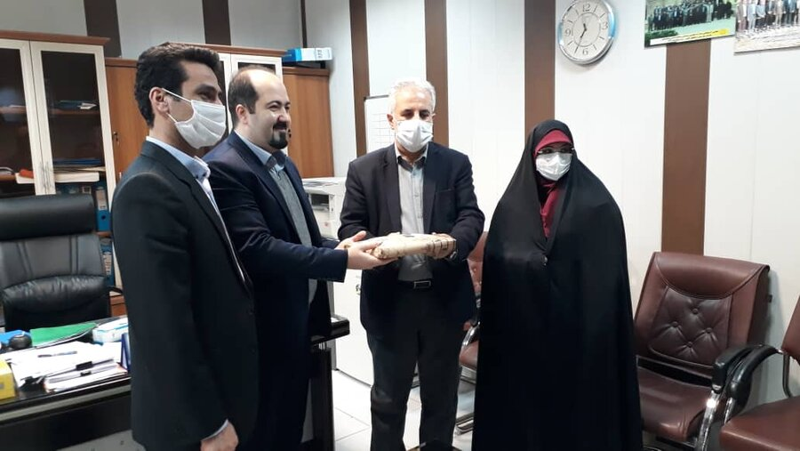 تجلیل ذیحساب بهزیستی گیلان از مسئول بسیج ، ستاد اقامه نماز و روابط عمومی بهزیستی استان