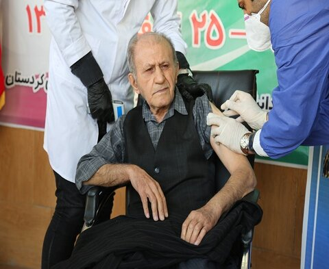 ۲۵۶ نفر از سالمندان و پرسنل شاغل در مراکز اقامتی نگهداری سالمندان استان واکسن کرونا دریافت کردند.