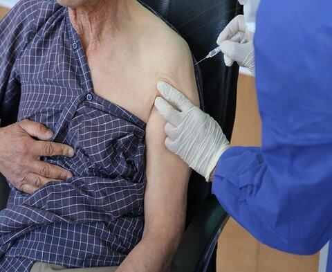 واکسیناسیون سالمندان مقیم مراکز شبانه روزی ،علیه کرونا در کردستان آغاز شد
