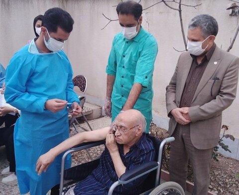 سالمندان  در برابر بیماری های عفونی مخصوصا کرونا بسیار آسیب پذیر هستند