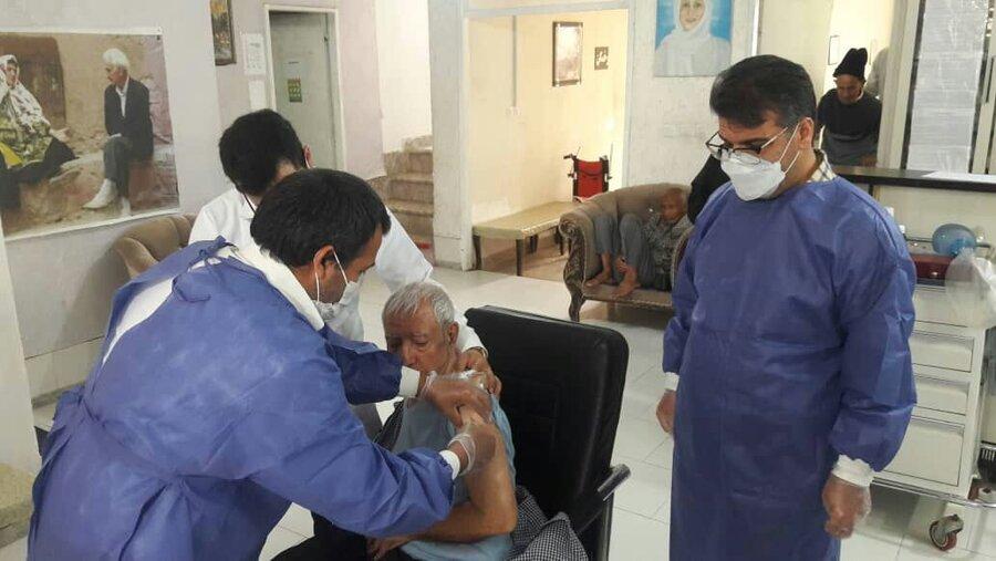 واکسیناسیون کووید 19 مرکز سالمندان پروین با حضور دکتر فیروزی و کادر شبکه بهداشت مشهد