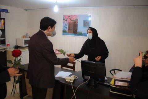 گزارش تصویری | مدیر کل بهزیستی استان البرز با حضور در بهزیستی شهرستات کرج با اهداء گل از زحمات کارکنان تقدیر و تشکر نمود