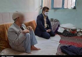 حضور مدیرکل بهزیستی خراسان رضوی در منزل پیر مرد ۹۴ ساله
