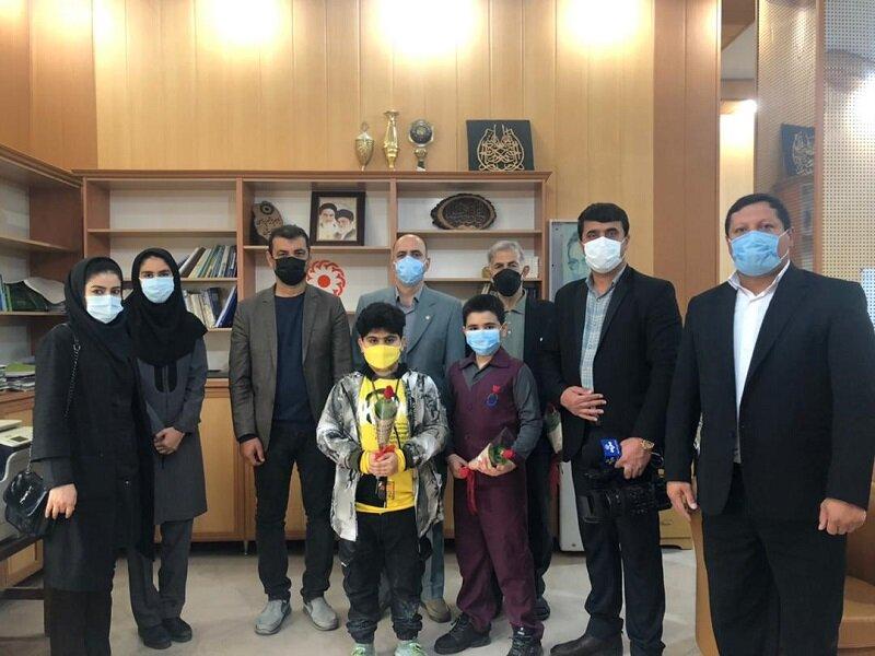 نور│ اهداء یک دستگاه ویلچر به مددجوی تحت پوشش بهزیستی توسط دانش آموزان مدرسه شهید حسینی شهرستان نور