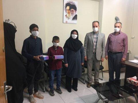 بهار| تحویل دو دستگاه تبلت به فرزندان زنان سرپرست خانوار