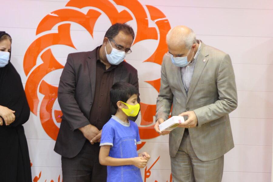 اهدای تبلت و گوشی هوشمند به کودکان کار استان