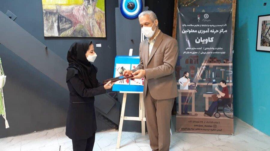 بازدید معاون امور توانبخشی از نمایشگاه هنرهای تجسمی و صنایع دستی در رشت