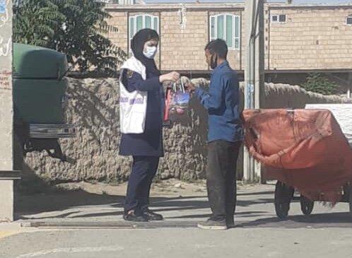 پاکدشت| توزیع بسته های بهداشتی بین کودکان کار