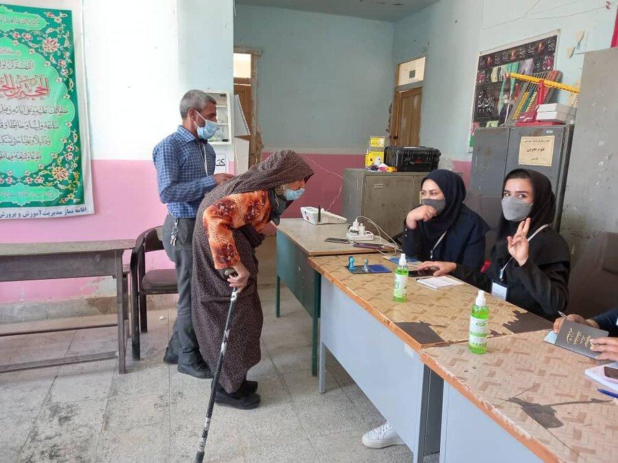 گزارش تصویری  حضور افراد دارای معلولیت و سالمندان پای صندوق های رای