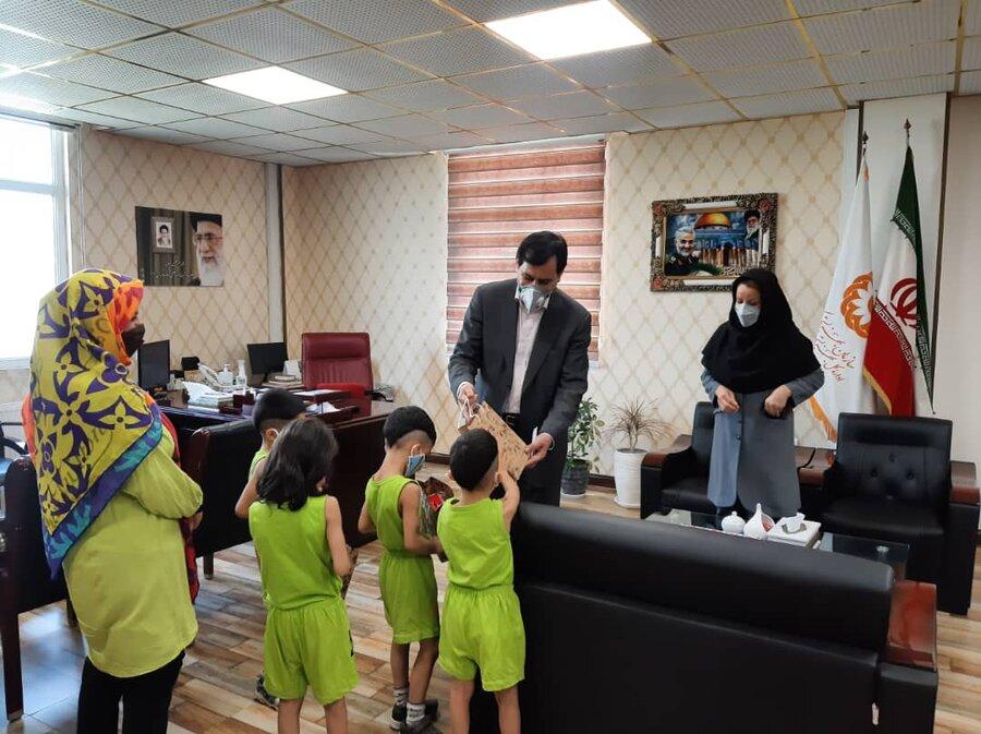 مدیرکل بهزیستی استان با خانواده های دارای فرزندان چند قلو دیدار کرد