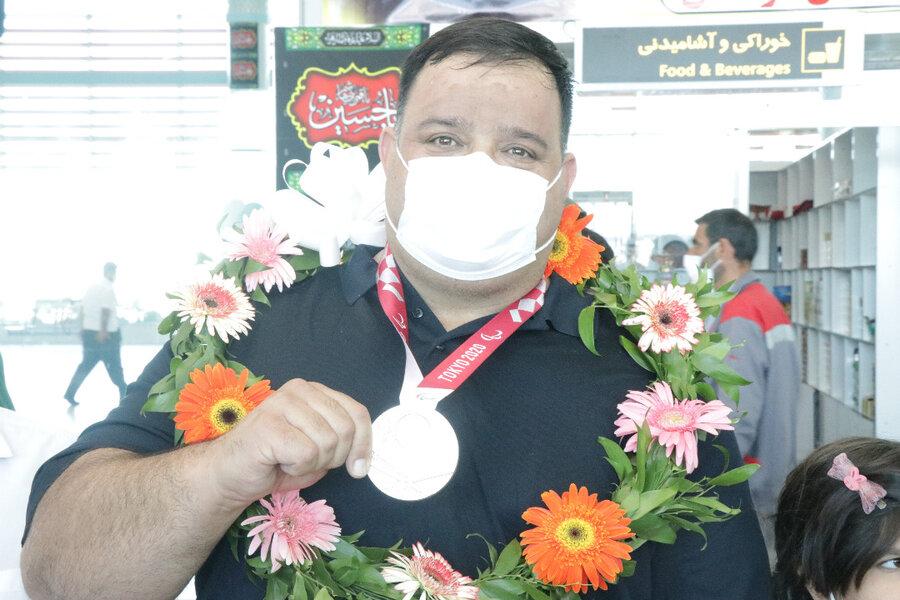 منصورپورمیرزایی نایب قهرمان پارا المپیک توکیووارد کرمان شد