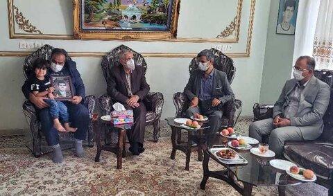 گزارش تصویری| دیدار مدیرکل بهزیستی استان اصفهان از خانواده مرحوم جواد ایزدی