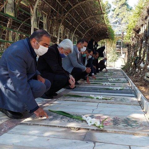 غبار روبی و عطر افشانی مزار شهدا به مناسبت هفته دفاع مقدس