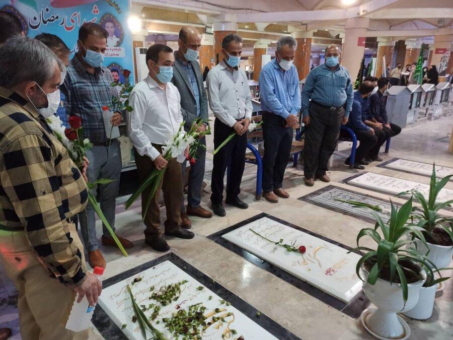 گزارش تصویری مراسم غبارروبی وعطرافشانی گلزار شهدا توسط پرسنل بهزیستی