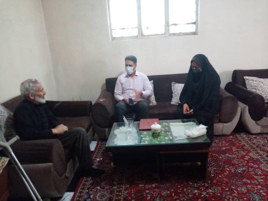 فیروزکوه| کارکنان بهزیستی به دیدار خانواده جانباز رفتند