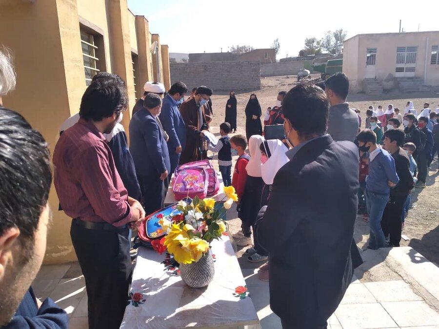 گزارش تصویری/ توزیع لوازم التحریر بین دانش آموزان نیازمند شهرستان کلیبر